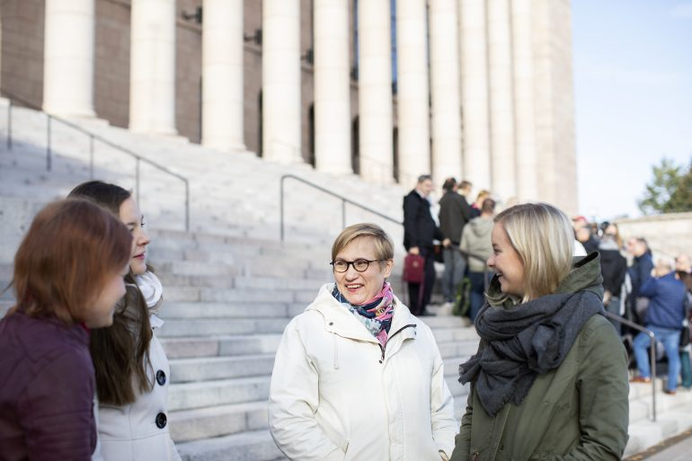 Naisia Eduskuntatalon edessä