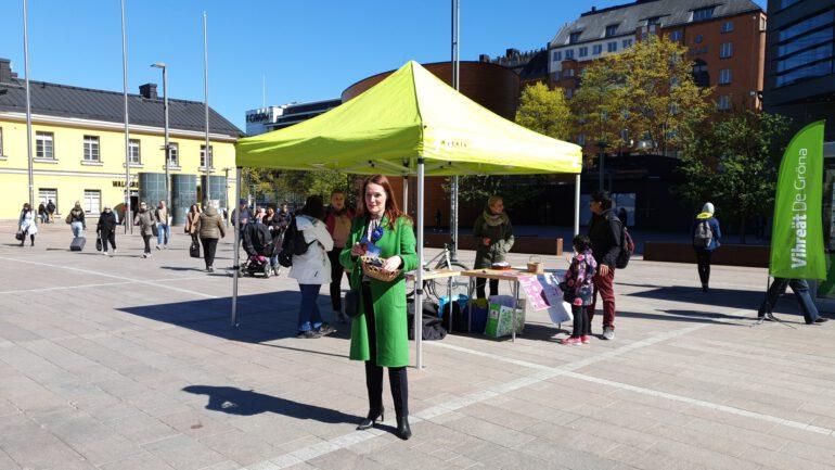 Narinkkatorin teltalla auringossa EU-vaalikampanjointia