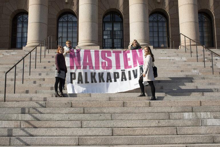 Naisia eduskuntatalon edessä vaatimassa palkkatasa-arvoa